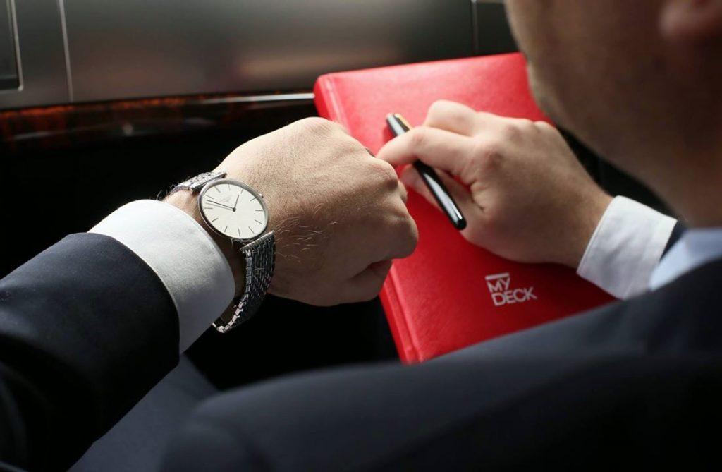Pasager care se uită la ceas din autoturismul MyDeck
